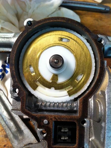 [TUTO] Démontage et Remontage du mécanisme d'essuie-glace avant (a venir: modif des bras de commande) Mecanisme%20essuiglace%20av%20(24)%20(800x600)